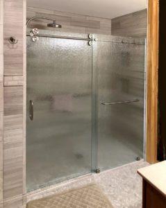 Shower with rain-pattern glass has pipeline shower door
