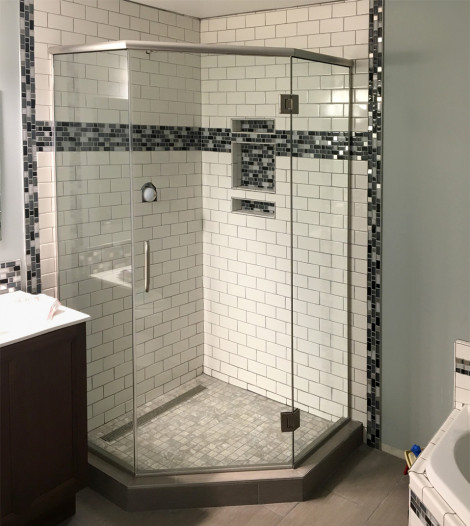 Neo-angle corner shower with heavy glass